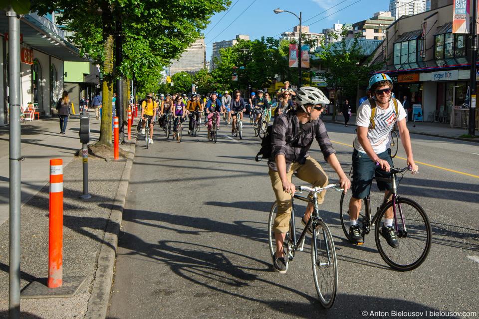 Велосипедисты собираются возле Галлереи Искуств в 6 часов вечера и выезжают по незапланированному заранее маршруту — не важно куда, главное как — занимая всю дорогу. Собственно, отсюда и название — если соберется три калеки, дорогу перекрыть не получится, но если наберется достаточно народу — критическая масса — тогда мы контролируем траффик в городе.