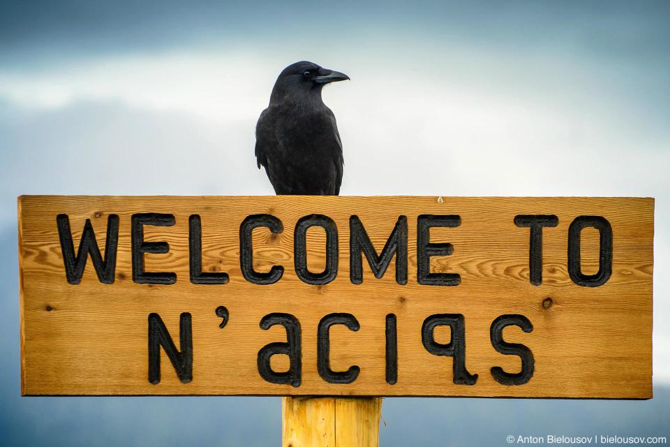 «Welcome to N'aciqs» — знак в парке Тофино, приветствующий на земле индейцев