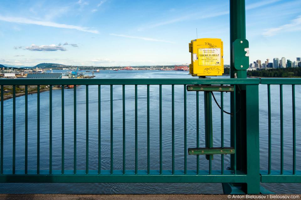 Телефон критической помощи самоубийцам на мосту Lions Gate в Ванкувере — всего здесь установлено 6 таких аппаратов.