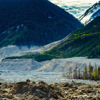 40 млн кубометров (15 заполненных до краев стадионов Ванкувера) породы пронеслось вниз по склону горы Meager со скоростью 30 м/с, через долину реки Лилуэт (Lillooet River) и еще по инерции на 150 м вверх по склону горы на другой стороне долины.