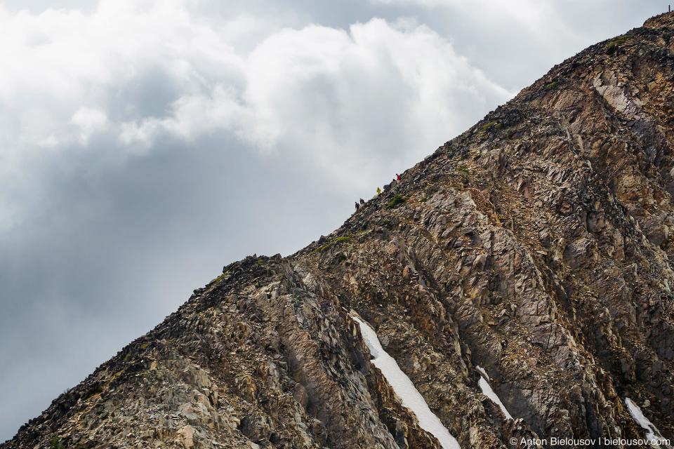 Переход по гребню на пик горы Frosty Mountain