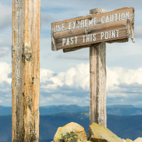 Знак на первом пике горы Frosty Mountain: «Use extreme caution past this point (будьте предельно осторожны начиная с этого места)»