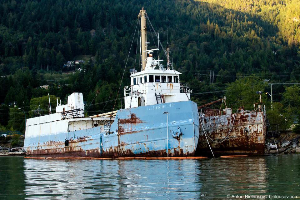Единственная возможность рассмотреть пришвартовааные на закрытой территории корабли — с моря