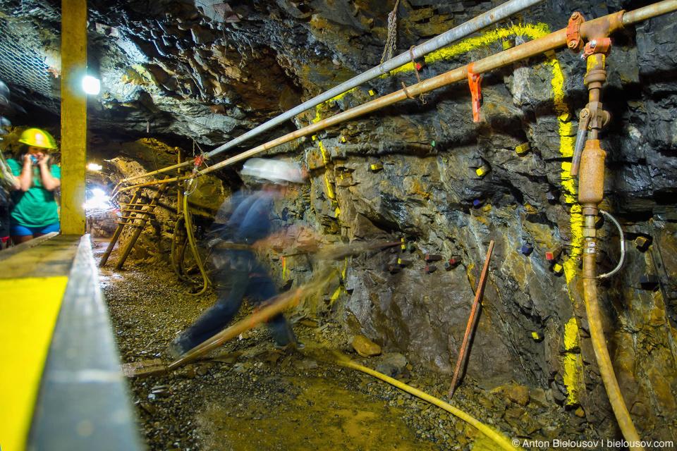 Демонстрация работы отбойного молтка в шахте (Britannia Mine Museum)