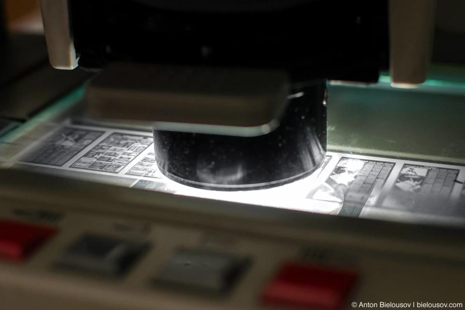 Следуя нехитрой инструкции и пользуясь умением заправлять бабинный магнитофон, микрофильм вставляется в сканер.