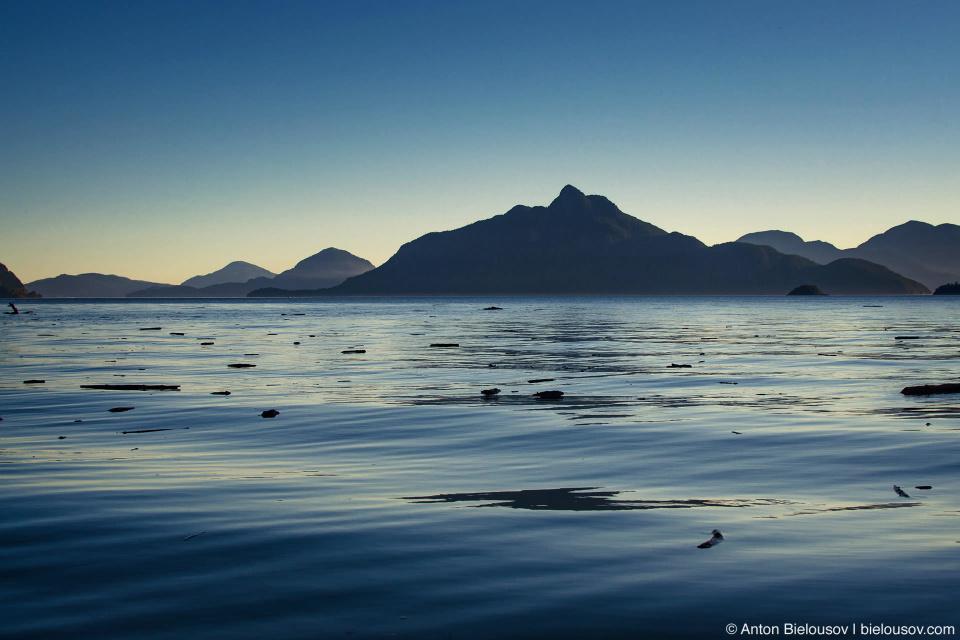 Вода в заливе Howe Sound в окрестностях Britannia Beach