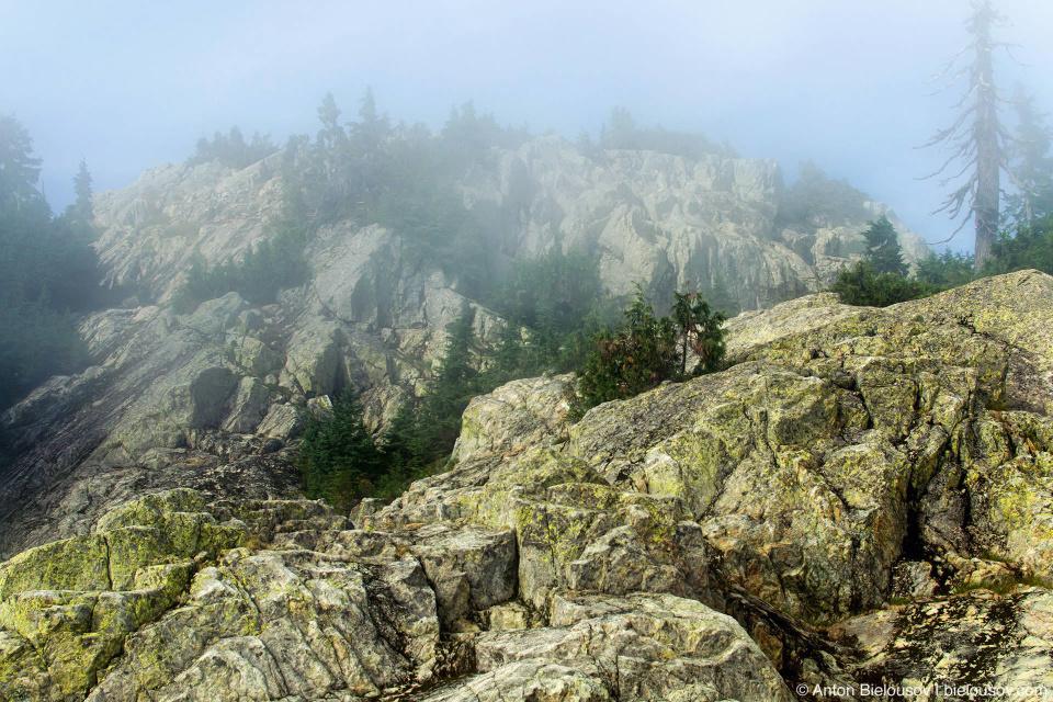 Пик горы Сеймур (Seymour Mountain) с соседнего, Третьего пика (Third Peak) в облаках
