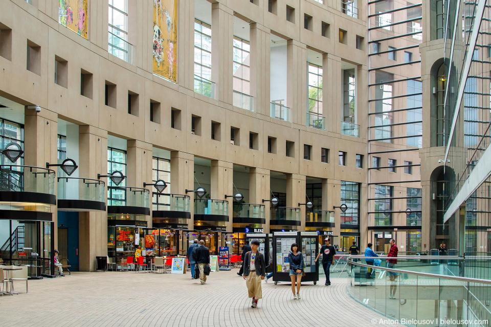 Весь первый этаж центральной ванкуверской библиотеки — это кафешки и магазинчики.