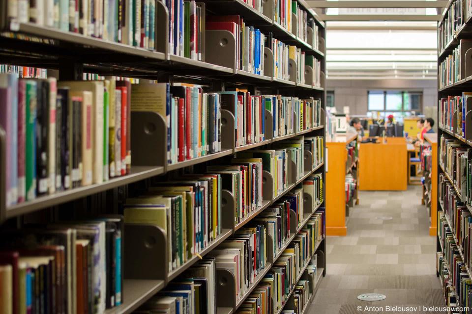 Передвижные стеллажи книг: один ряд можно отодвинуть от другого и пройти в образовавшийся проход (как между страниц в книге) — Vancouver Central Library