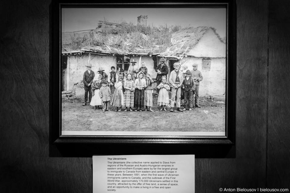 Фотография украинских иммигрантов начала XX века — в первую волну украинской иммиграции (1891—1914) 170,000 украинцев иммигрировало в Канаду