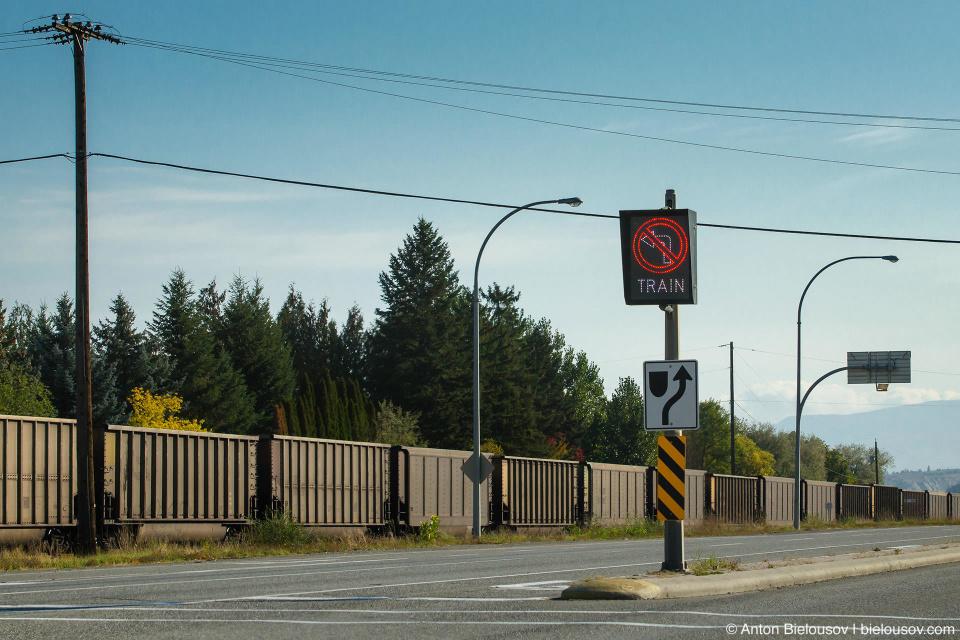 Электронный знак «поворот налево запрещен потому что там поезд» (Kamloops, BC)