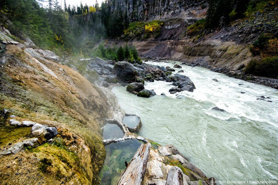 Самое шикароне место Keyhole Falls Hot Springs — это три ванны на скале у реки.
