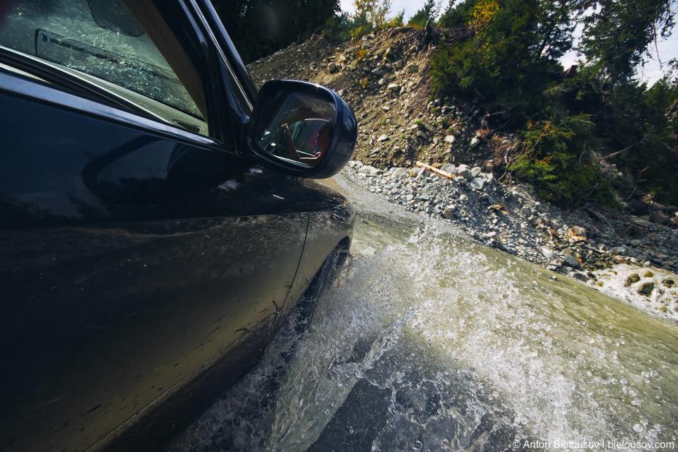 Горный ручей через дорогу — Lillooet Forestry Service Road на Keyhole Falls Hot Springs