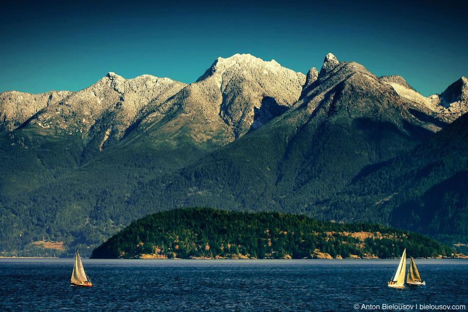С палубы открываются захватывающие виды на свеже выпавший снег в горах Западного Ванкувера.