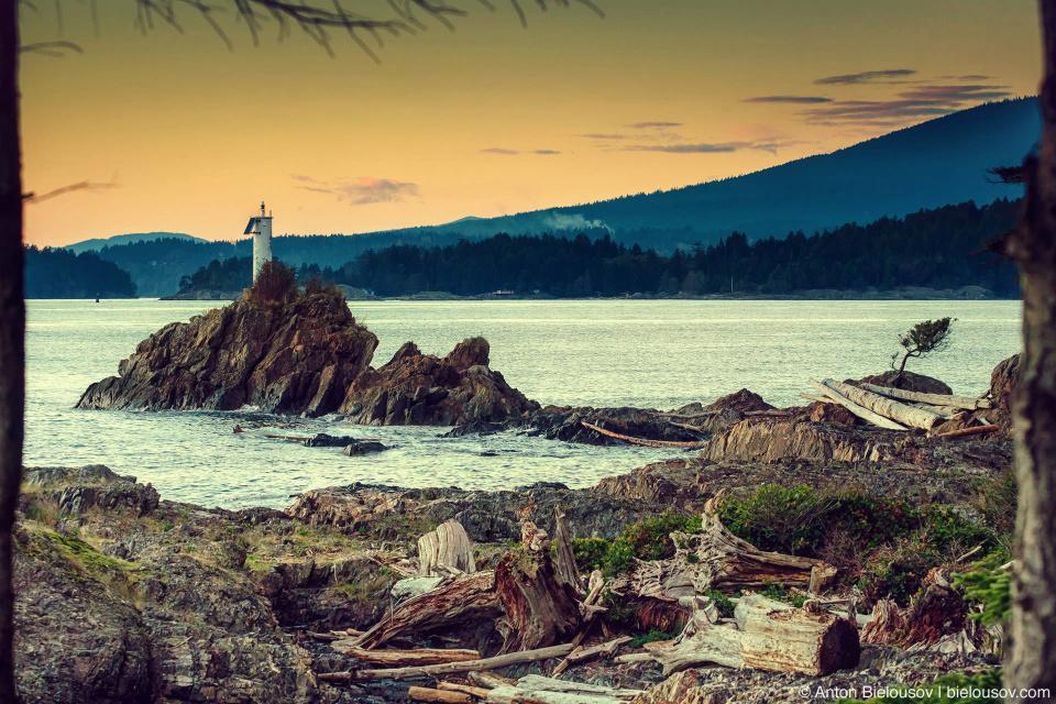 Закат у маяка на западном берегу острова Bowen Island