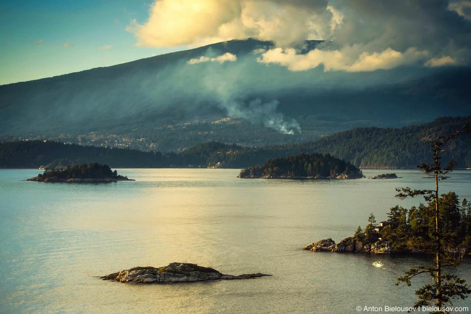 Вид на пролив Хау (Howe Sound) с дороги на острове Bowen Island