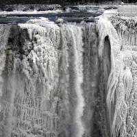 Вы, должно быть, слышали, что центральную часть Северной Америки накрыл полярный вихрь такой силы, какого еще не было в современной истории. За множеством фотографий покрытого льдом и обесточенного Торонто сеть заполонили фотографии частично замерзшего Ниагарского водопада, где уже несколько дней держится температура -25°C. Конечно, по миру тут же пошло сарафанное радио, дескать, водопад замерз полностью как в 1911 году, чего пока не случилось, но как и большинство фотографий, поступающих последние недели из Торонто, последние снимки Ниагары не могут не поражать.