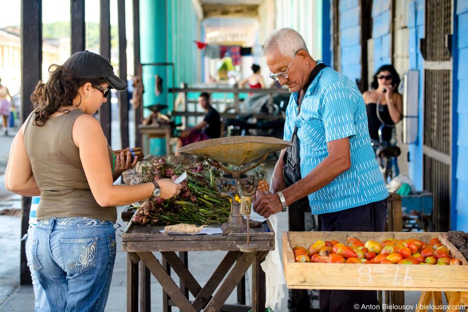 Кубинцам запрещено не только пользоваться валютой, но и экспортными товарами — например, сигары: на экспорт одни, для своих — другие и под страхом уголовного наказания, ни больше ни меньше.