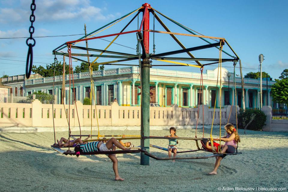 Camajuani: детские площадки. С качелями, сваренными из газовых баллонов.