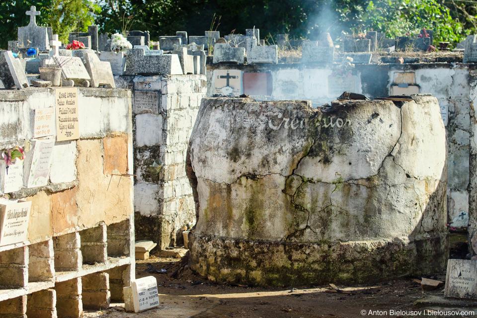 Провинциальный кубинский крематорий делает свое дело под откртым небом.