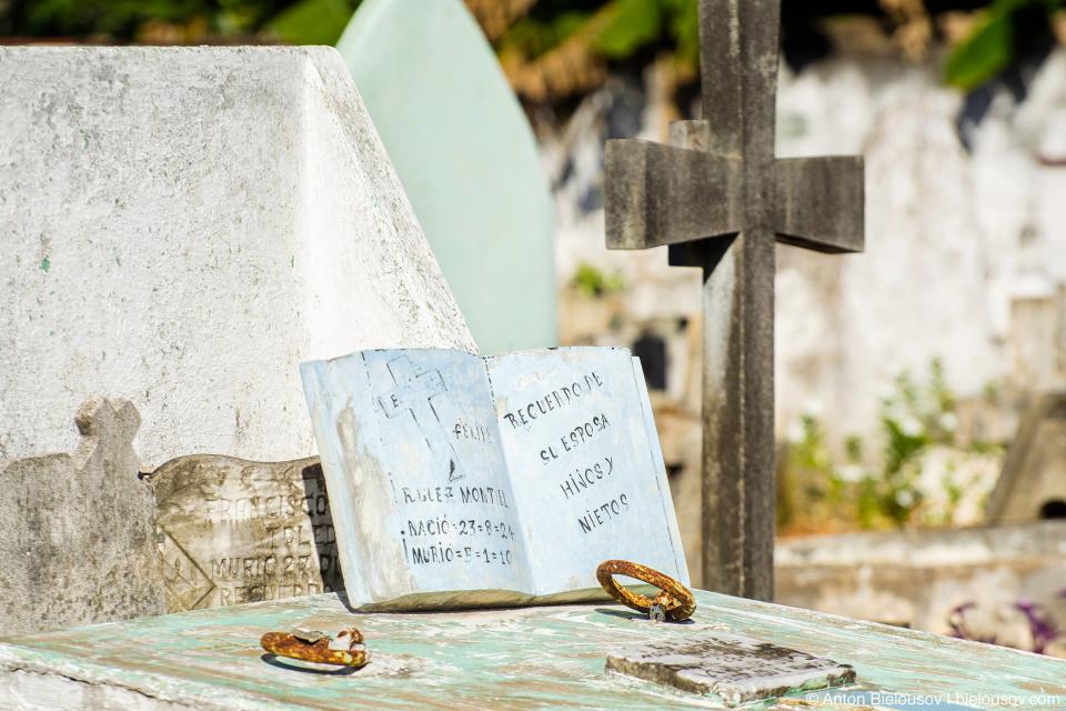 Здесь принято делать надгробные плиты в виде книг, даты рождения символично помечают звездой, а смерти — крестиком.