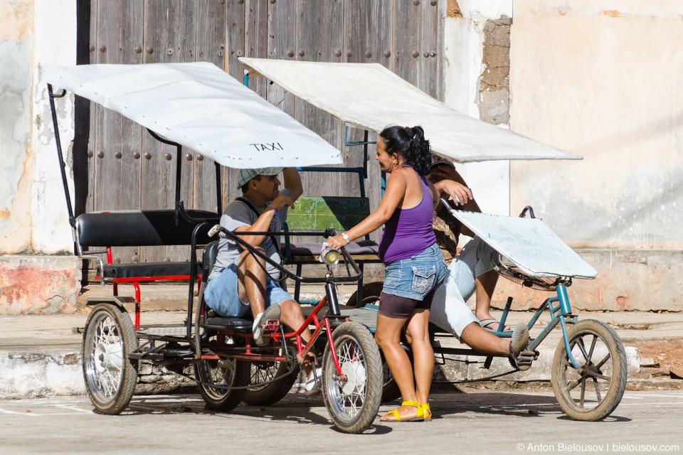 Remedios, Cuba: Городское такси — это тоже не роскошь а велосипед.