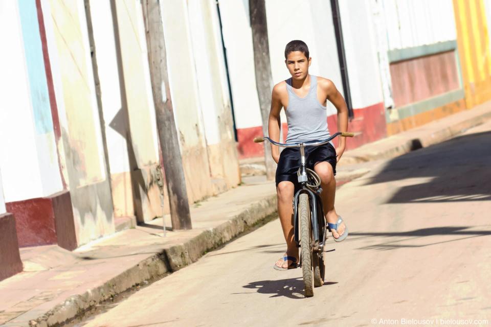 Лучшее средство передвижения по тесным улочкам Ремедио — велосипед. Кубинцы уже немного поднаторели в том, чтобы рассекать на байках красиво, с достоинством.