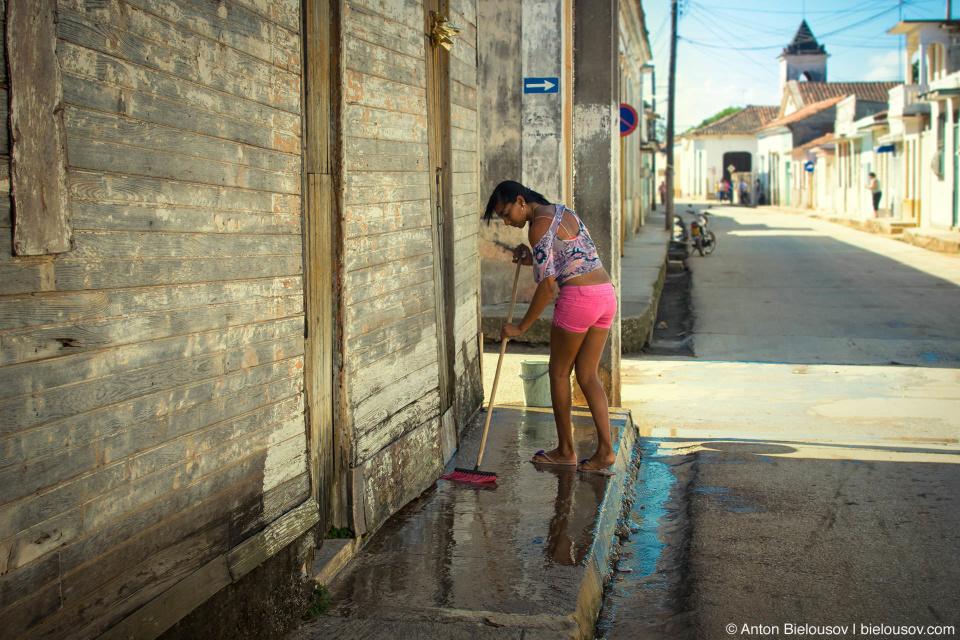 Remedios, Villa Clara, Cuba: Сейчас старый колониальный центр наполнен бездомными, которые с готовностью самозабвенно охранять набрасываются на подъезжающую на парковку машину. Город не туристический, улицы довольно грязные вплоть до того, что по водостокам можно судить, чем живут ремедийцы. Но нельзя сказать, что они не стараются.