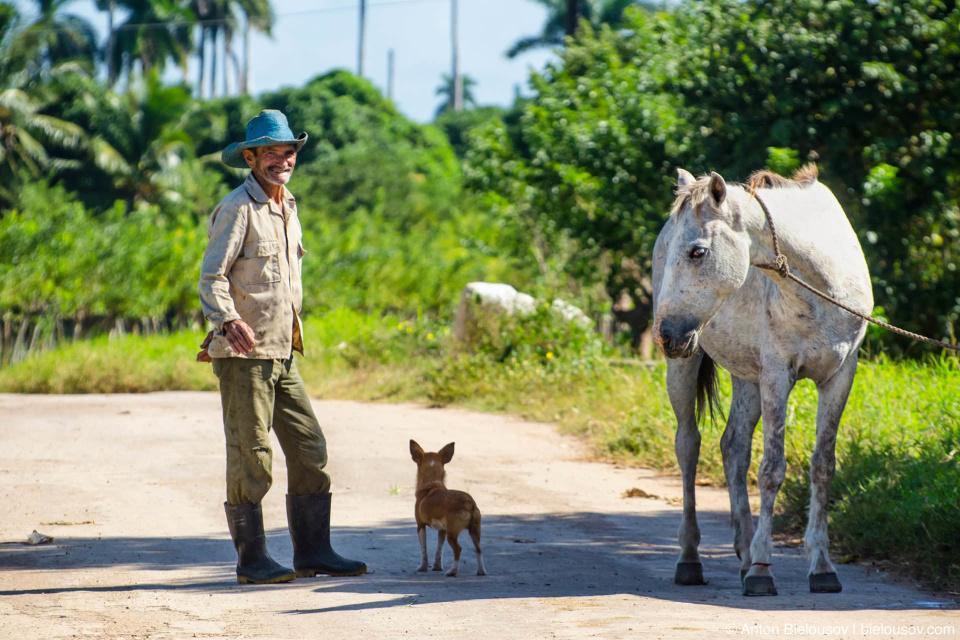 Кубинский фермер на дороге