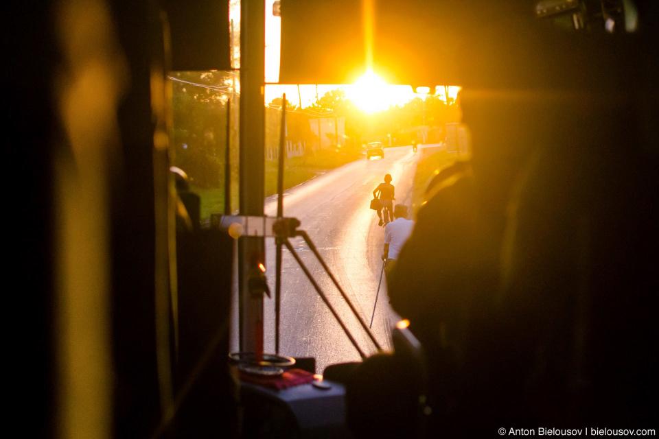 Главное «божеупаси» на кубинских дорогах — это объезжать пешеходов, велосипедистов, собак, кур, коз, коней, крабов и еще клюющих тех, кто не успел убежать, стервятников. Не иначе как именно благодаря дорогам здесь очень большая популяция грифов-индеек. Вообще все рекомендуют брать здесь самую дорогую страховку при прокате машины (CUC$ 10 сверх обычной) и обязательно проверять запаску. Есть еще и надбавка за возраст — CUC$ 5 для водителей младше 25 лет. А еще для тех, кто первый раз рекомендуют пользоваться автобусом.