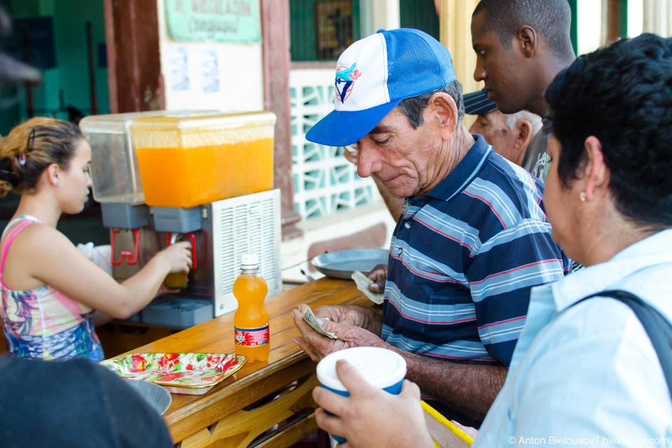 Но выйдя в город вы вдруг обнаруживаете себя миллионером с десяткой в кармане. Кроме того, кубинцы не трудятся уточнять, в каких песо у них ценники, поэтому дав десятку за бутерброд ценой в 6 песо я был крайне удивлен получить на сдачу 9 песо, а потом еще 20 песо…