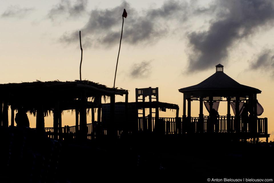 Куба, отельный пляж на закате.