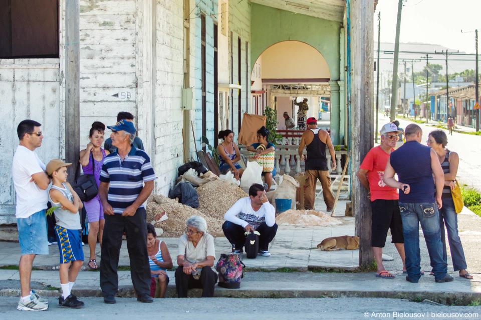 CUBA. Camajuani: И глубочайшие дождевые стоки, в которых живут рыбы. Автобусная остановка: бордюр и сток можно использовать в качетве скамейки.