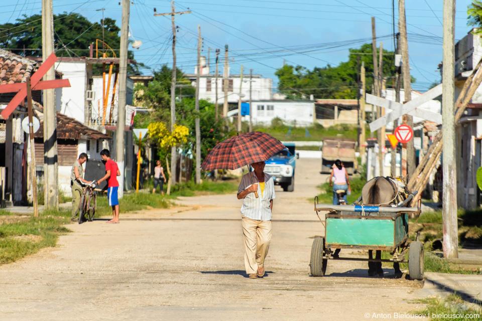 CUBA. Camajuani: Вместо тесных улочек здесь широкие деревенские улицы.