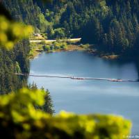 Открывается предельно необычный вид на озеро Сасамат.