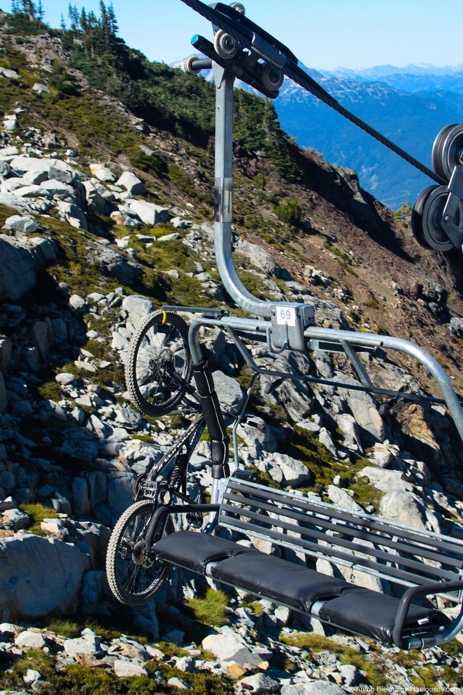Горный велосипед на лыжном подъемнике (Whistler, BC)