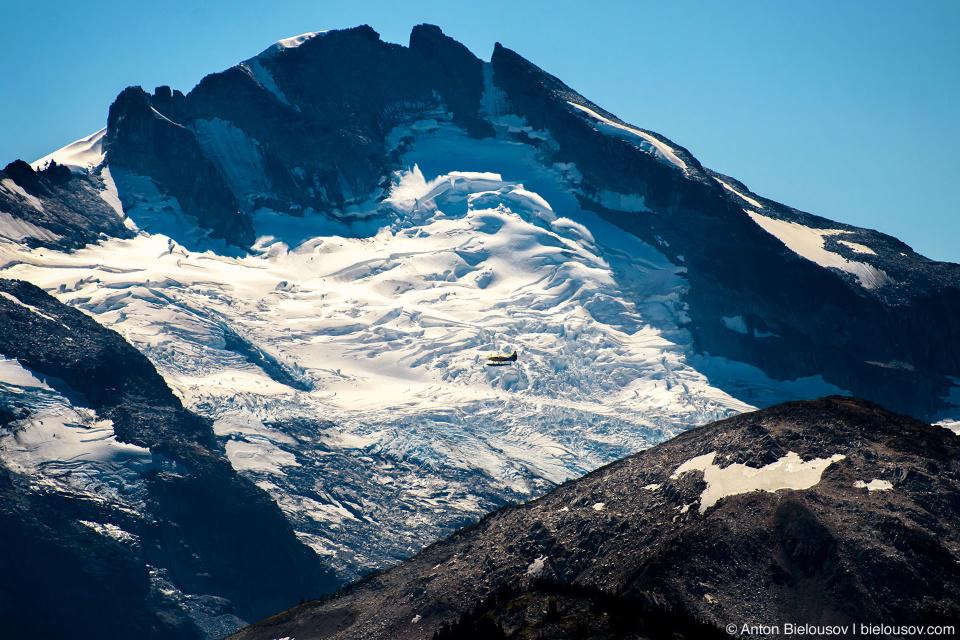 Самолет на фоне ледника Whistler, BC