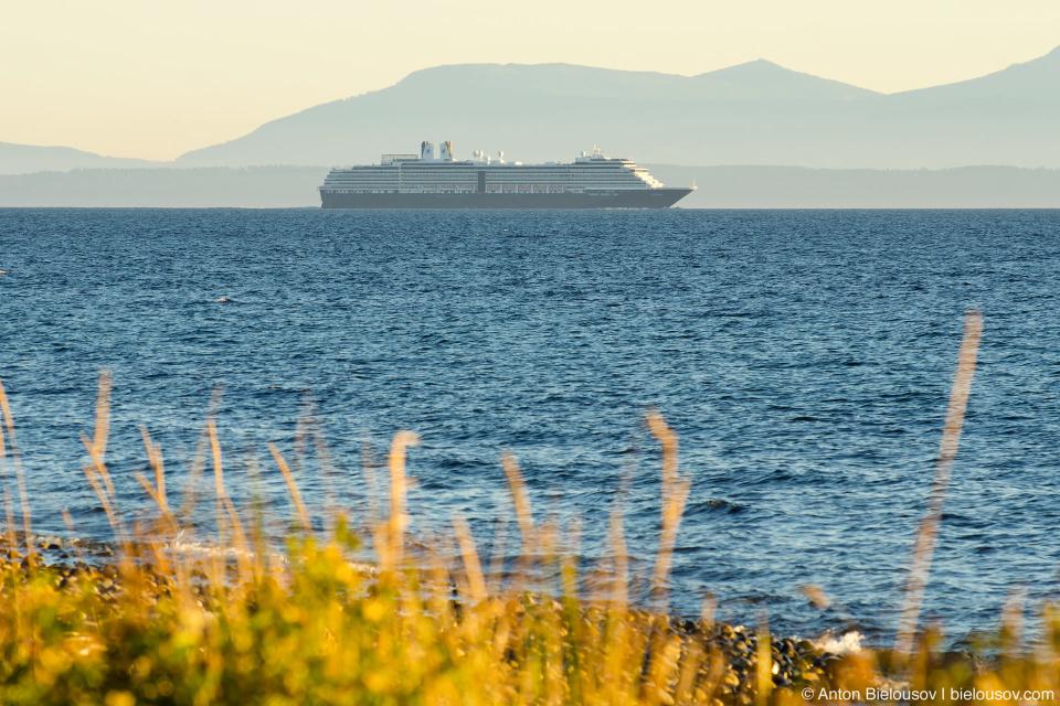 Здесь я заметил что круизные лайнеры выходят из Ванкувера в одно и то же время — перед закатом.