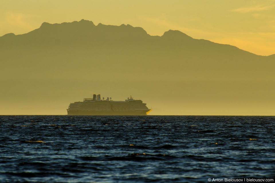 Круизный лайнер на закате (Sunshine Coast, BC)