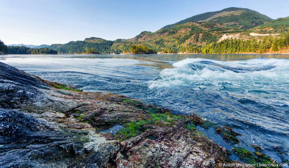 Skookumchuck Narrows — Два раза в день вся вода из залива устремляется в океан вслед за отливом и два раза в день возвращается в залив через это «бутылочное горлышко». За один 3-х метровый прилив через Скукумчак проходит 760 млн. кубометров воды всего за несколько часов.