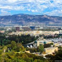 Студия и тематический парк возвышаются над Северным Голливудом, как говорят на студии, — «именно там, где мы хотим чтобы остальные студии нас и видели».  Внизу открывается вид на студии Warner Brothers и Walt Disney.