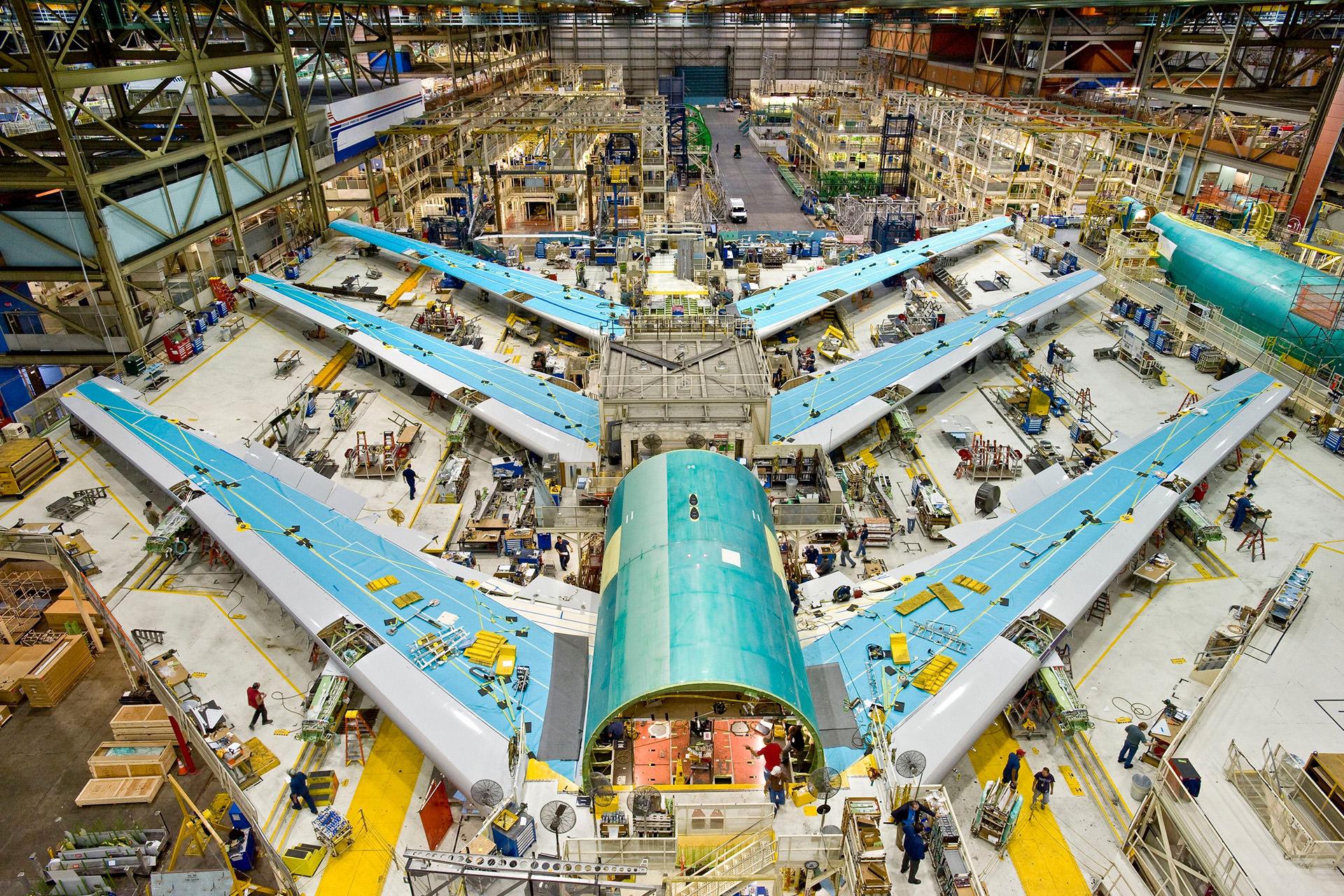 На завод не пускают с камерами, поэтому фотография цеха 747-го — с сайта Боинга.