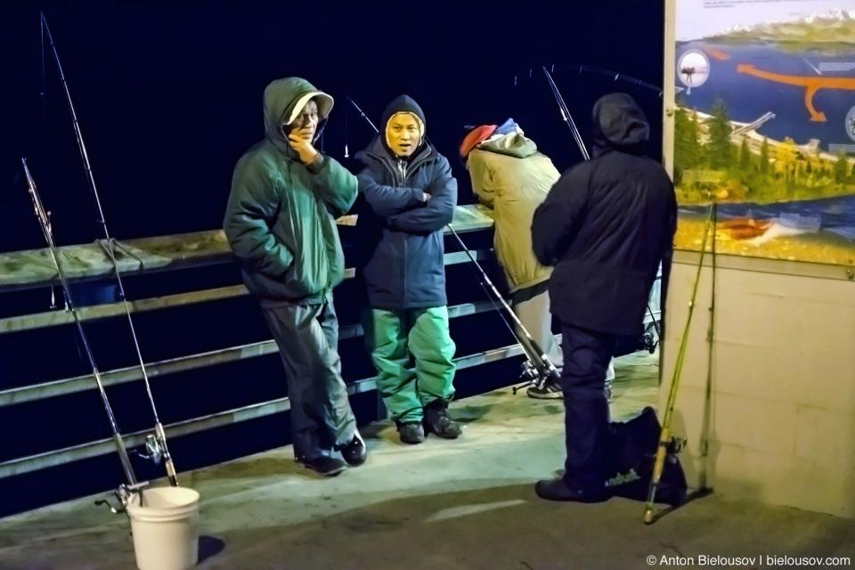 Рыбаки на пирсе в Эдмондсе (штат Вашингтон)