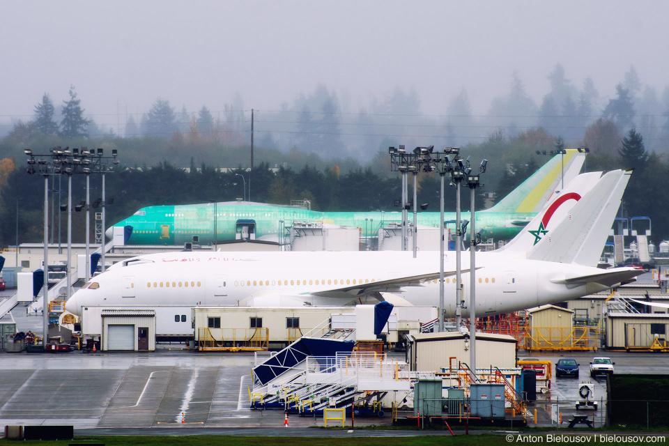 Самолеты различной степени покраски на стоянке завода Боинг в Эверетте (Вашингтон)