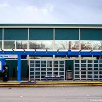 Второе — разметка на дорогах во многих местах осуществлена исключительно при помощи отражателей — пунктирные и сплошные линии часто не нарисованы вообще а исключительно выложены светоотражающими бугорками как перед этой автобусной остановкой.