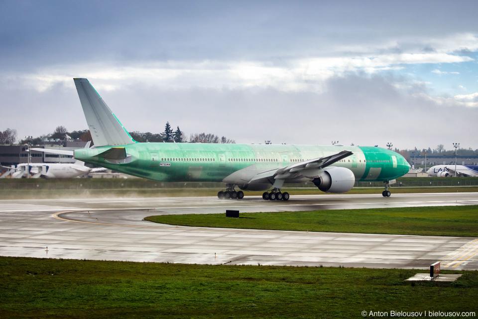 Не покрашенный Boeing-777 на тестовой полосе, проверяет разгон и торможение.