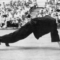 Неоднократно Брюс Ли публично демонстрировал 50 отжиманий на одной руке, упираясь в пол только большим и указательным пальцем просто потому что мог.