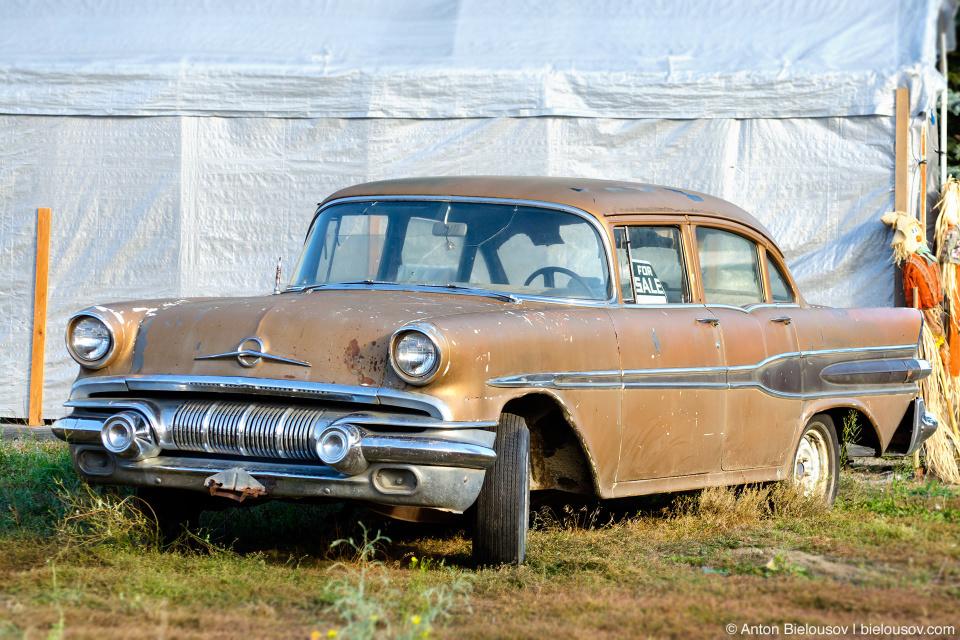 Старый ржавый автомобиль в Coalmont, BC