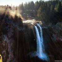 Самая известная достопримечательность из Твин-Пикса — это водопад Snoqualmie Falls и Great Northern Hotel (в жизни — Salish Lodge & Spa — один из самых дорогих в регионе). Высота водопада — 82 метра. Зимой в каньон практически не заглядывает солнце — мы дважды возвращались на водопад и оба раза фотографии получились как-то так.