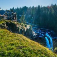 Самая известная достопримечательность из Твин-Пикса — это водопад Snoqualmie Falls и Great Northern Hotel (в жизни — Salish Lodge & Spa — один из самых дорогих в регионе). Полтора миллиона туристов посещают водопад каждый год, здесь очень многолюдно.